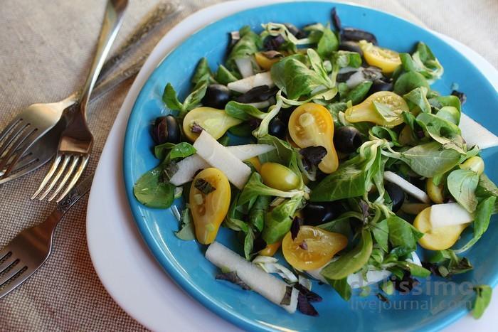 Салат с томатами, грушей и маслинами