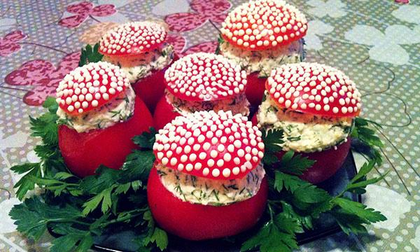 салат +с плавленными сырками +и помидорами