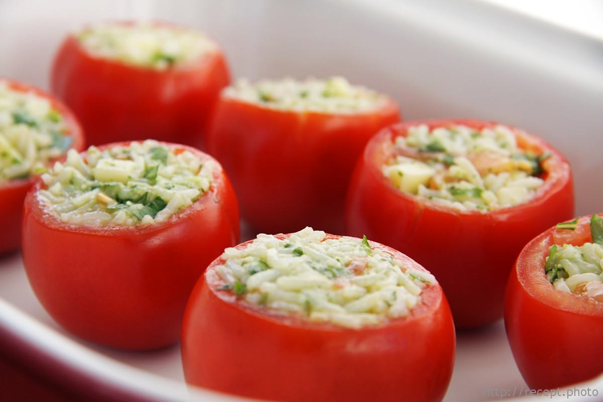 Фаршированные помидоры с яйцами, сыром и чесноком. Очень вкусно!